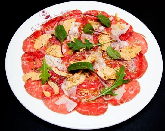 Carpaccio de Kobe, Lascas de Parmesano, Tomate Seco y Rúcula